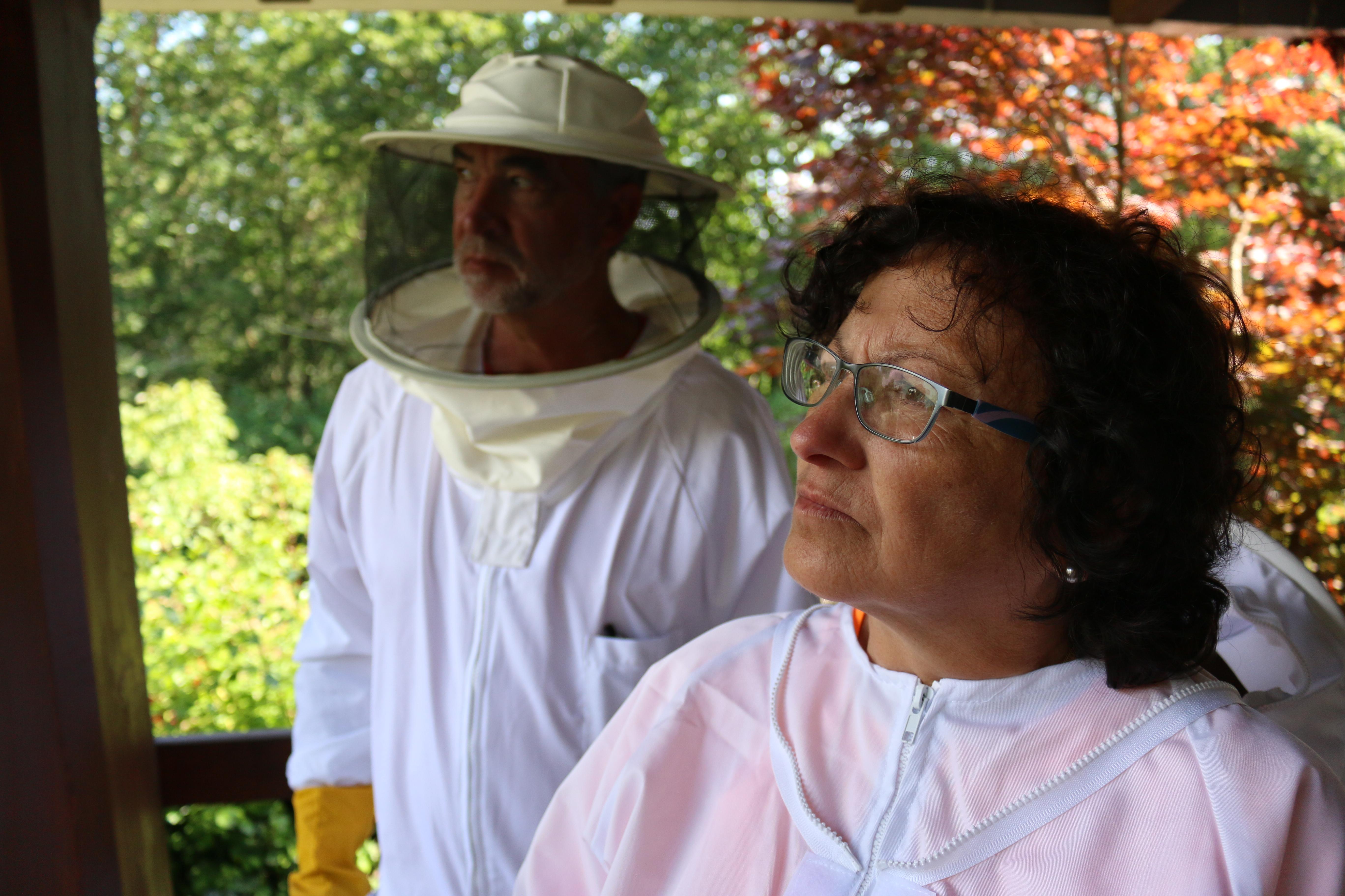 Juanjo y Lourdes se visten de apicultores en O Enredo do Abelleiro